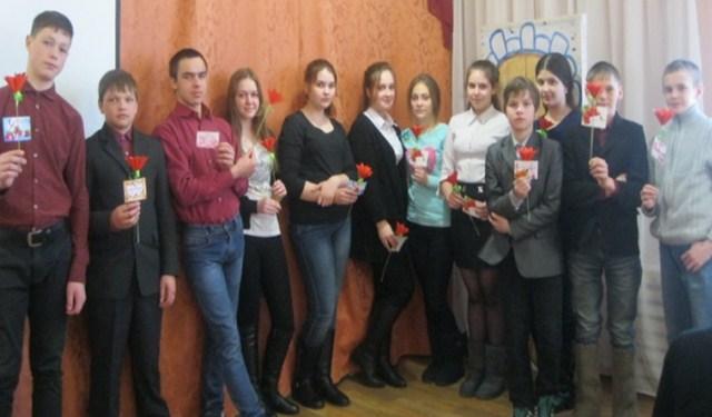 В клубе «Формула успеха» учащиеся 8 «Б» класса сделали для мам цветы в подарок.