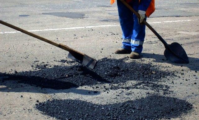 В Островском районе дорожные службы приступили к ремонту дорог.