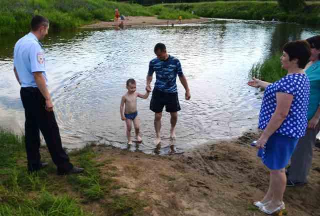 В Островском районе проходит обследование традиционно сложившихся мест купания на водоемах.