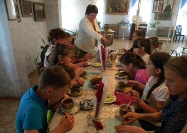 Более 350 детей стали участниками летних интерактивных программ, подготовленных Историко-культурным центром имени Б.М.Кустодиева.