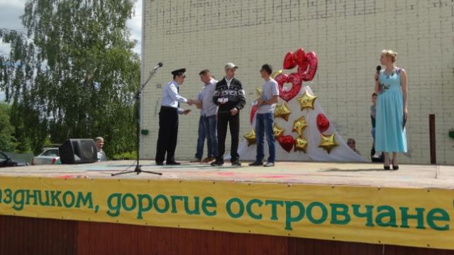 В Островском на площади районного центра культуры и досуга состоялся праздничный концерт, посвященный Дню молодежи