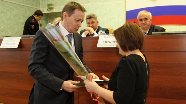 Почетная грамота и ценный подарок вручен представителю общественников МО МВД России «Островский»