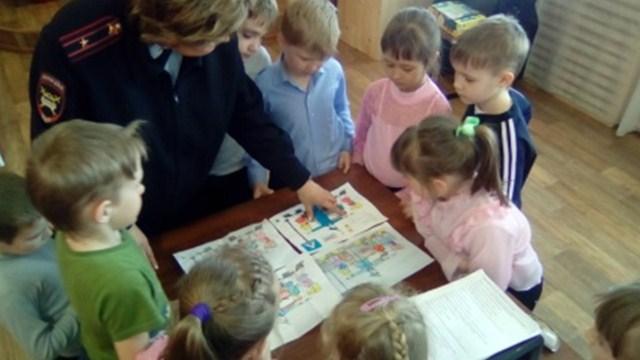 В Островском детско-юношеском центре «Импульс» автоинспекторы и педагоги провели с детьми игровое  занятие «Сложности перехода».