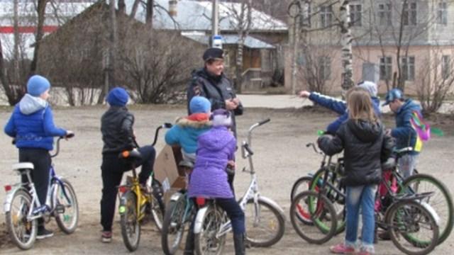 Фото: На площадке в поселке Островское для юных велосипедистов прошла спортивно-развлекательная игра «Мой друг – велосипед»