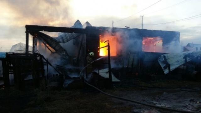 Пожар на Красной Поляне уничтожил двух квартирный дом в котором находилось отделение почты