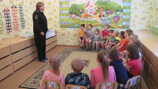 Малыши Островского детского сада «Калинка» вместе с автоинспекторами играли по правилам дорожного движения