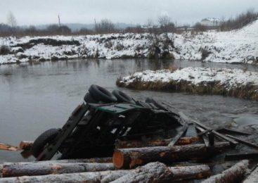 В Островском районе рухнувший в реку Меру КамАЗ вытащили из воды