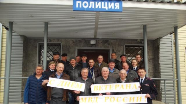 Сотрудники Островской полиции поздравляли ветеранов МВД России с праздником