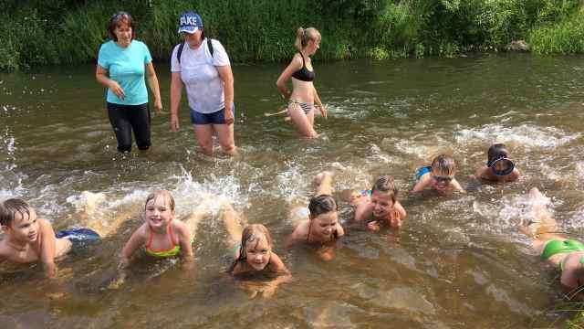 В Островском районе продолжают обучать плаванию