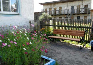 В Островском на улице Гагарина дом 12 отремонтированы дворовые проезды, установлены 2 скамейки и 2 урны
