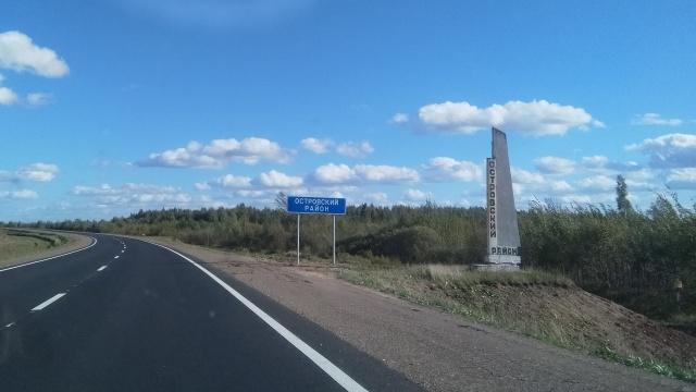 В Островском районе на федеральной трассе появились новые знаки, остановки и ограждения