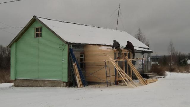 Полным ходом идёт ремонт Юрьевского клуба в Островском районе